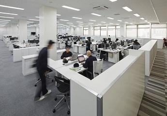 """コミュニケーションエリアに包まれた""""ピラミッド型""""オフィス"""