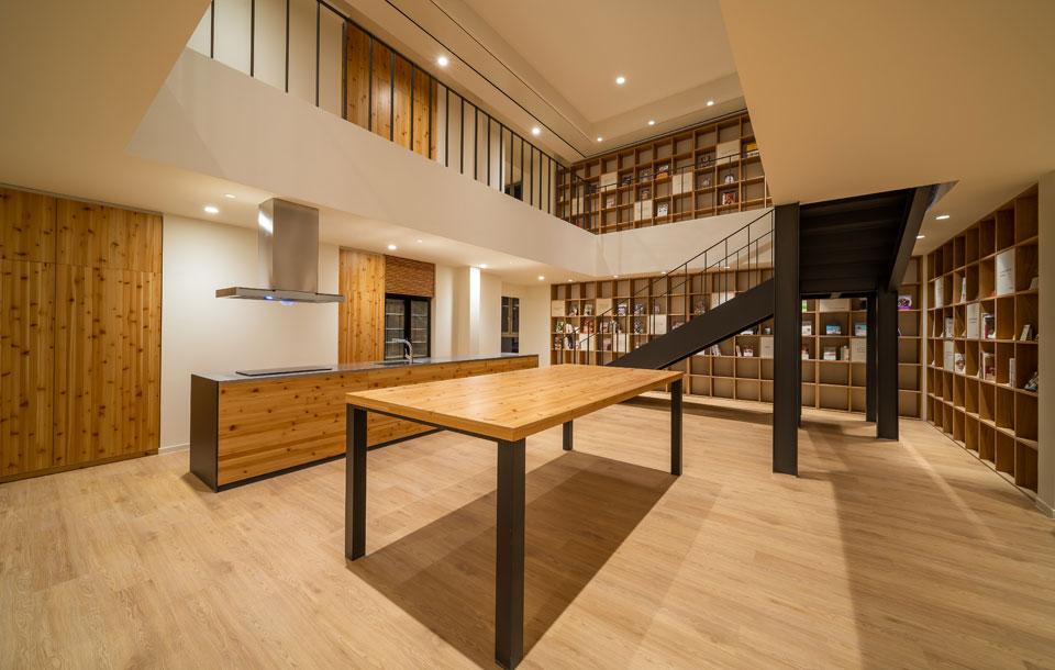 自社製品を活用した開放的な社宅共用スペース