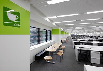 無機的オフィスにブランド浸透と人が集まる柔らか空間