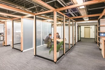 国産材がもたらす「感じ良い」空間が、活気のある社風をひと押し。